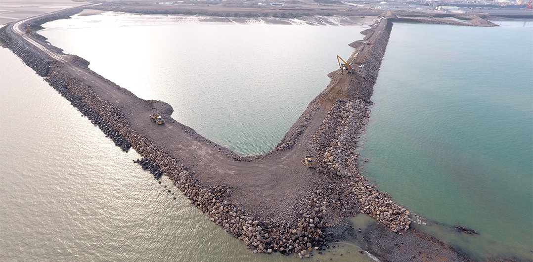 The junction between the breakwater and the Eastern inner embankment before backfilling